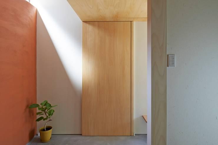 玄関ホール: ムラカミマサヒコ一級建築士事務所が手掛けた廊下 & 玄関です。