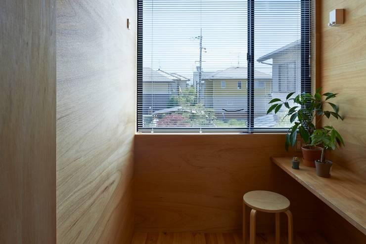 サンルーム: ムラカミマサヒコ一級建築士事務所が手掛けた和室です。