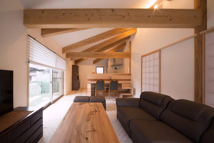 木造伝統工法のA邸: 建築設計事務所 山田屋が手掛けたリビングです。