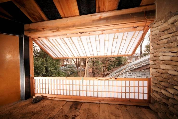 Tree house: 建築設計事務所 山田屋が手掛けた窓です。