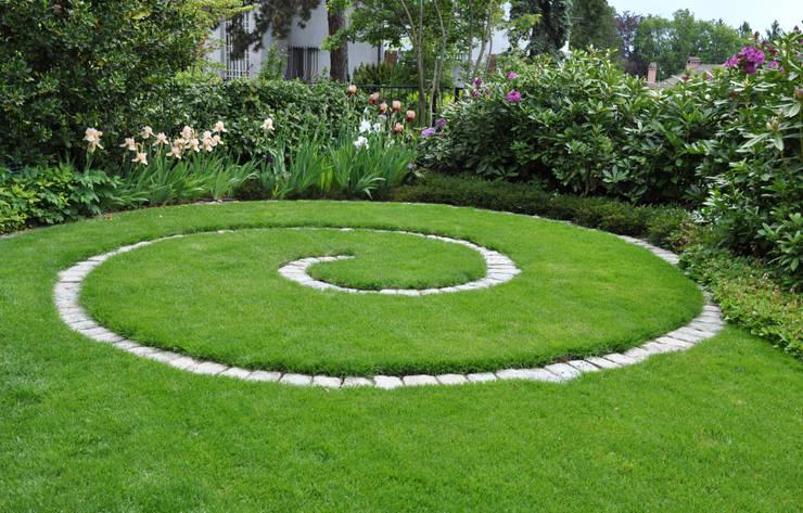 Jardines de estilo  por MASSIMO SEMOLA PROGETTAZIONE GIARDINI MILANO