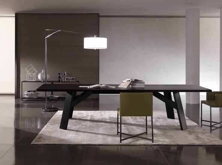 Vibia Balance lampada da terra Design Jordi Vilardell: Sala da pranzo in stile  di Lampcommerce