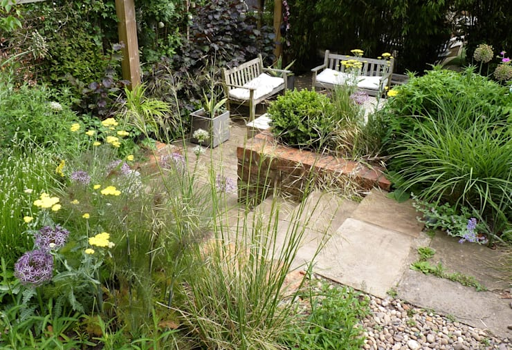 Bristol city garden in May:  Garden by Karena Batstone Design
