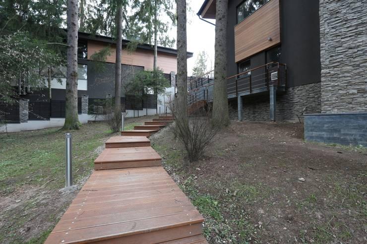 Дорожка к гостевому дому: Дома в . Автор – ORT-interiors, Минимализм