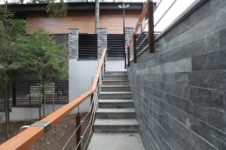 Лестница к гаражу: Дома в . Автор – ORT-interiors, Минимализм