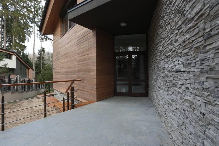 Основной вход в дом: Дома в . Автор – ORT-interiors, Минимализм
