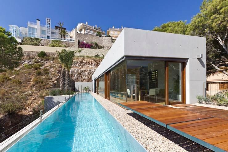 Vivienda <q>Mirando al mar soñé</q>: Piscinas de estilo  de Ascoz Arquitectura, Moderno