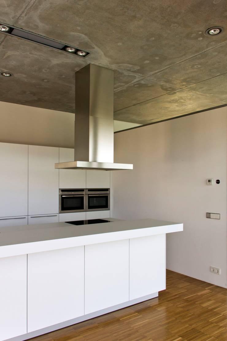 Casa Mikado: Cocinas de estilo  de Ascoz Arquitectura, Minimalista
