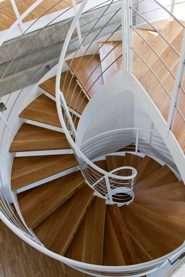 Casa Mikado: Pasillos y vestíbulos de estilo  de Ascoz Arquitectura, Minimalista