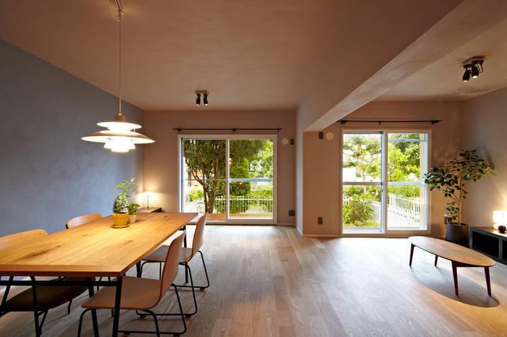リビングダイニング01: 山田伸彦建築設計事務所が手掛けたリビングです。