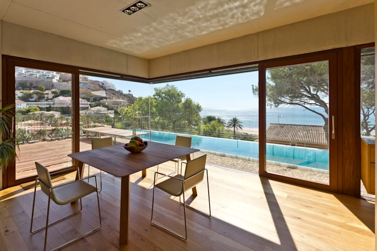 Vivienda <q>Mirando al mar soñé</q>: Comedores de estilo  de Ascoz Arquitectura, Minimalista