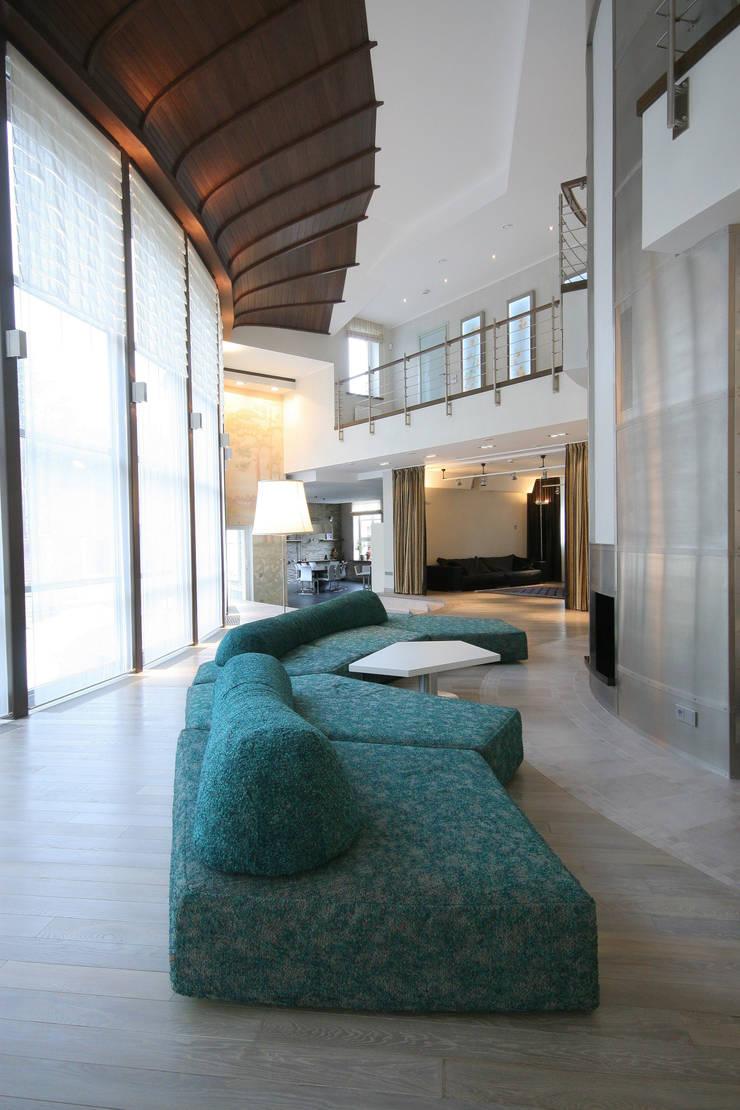 Гостиная с камином: Гостиная в . Автор – ORT-interiors