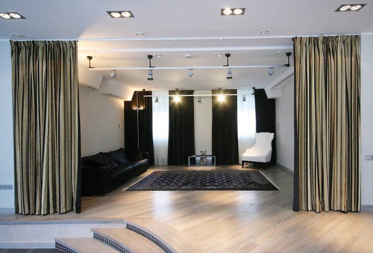 Кинозал в гостиной: Гостиная в . Автор – ORT-interiors