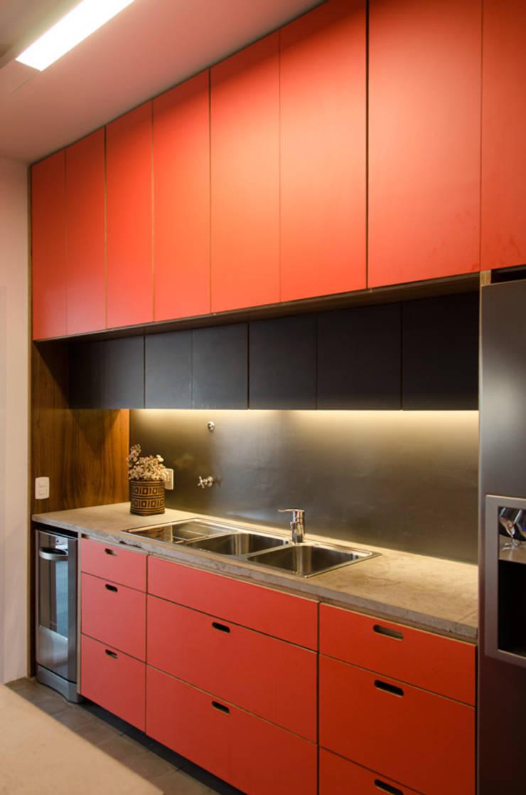 Apartamento em Perdizes: Cozinhas  por Vereda Arquitetos