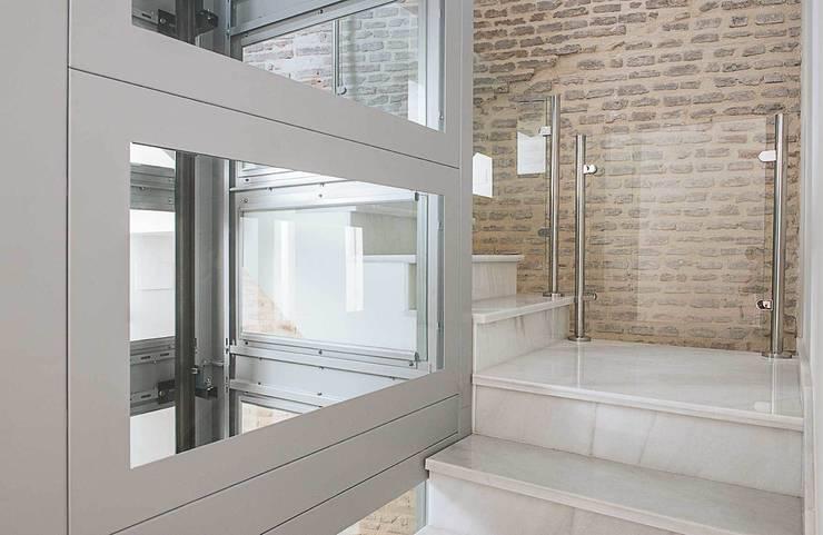 Vestíbulos, pasillos y escaleras de estilo  por Ardes Arquitectos