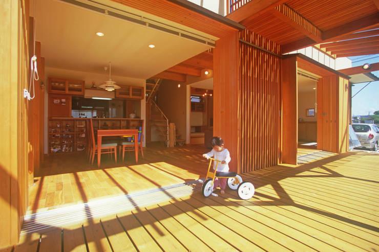 北外山の家: 風建築工房が手掛けたテラス・ベランダです。,