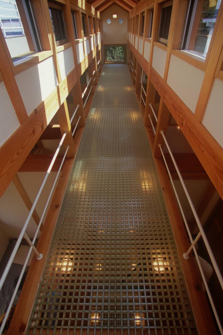 平和の家: 風建築工房が手掛けた廊下 & 玄関です。
