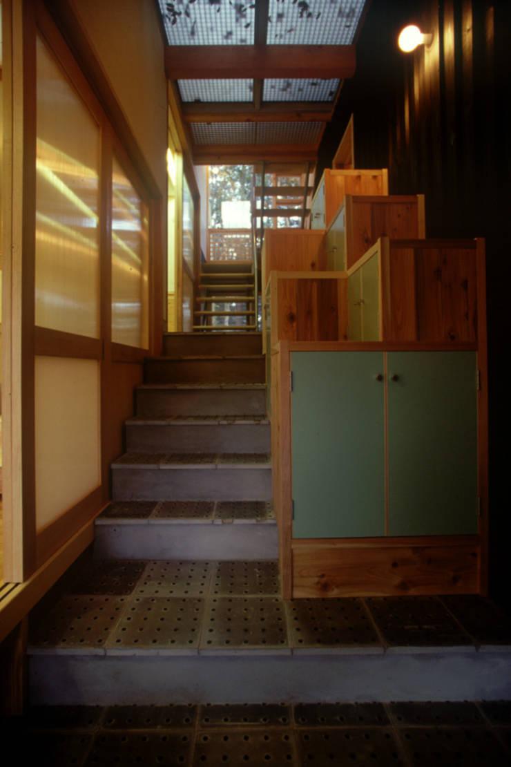 高嶺下住宅 モダンスタイルの 玄関&廊下&階段 の 風建築工房 モダン