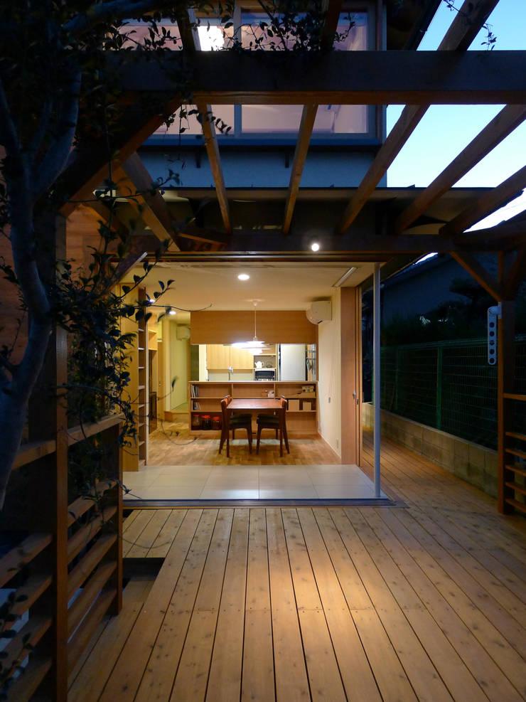 前山の家: 風建築工房が手掛けたテラス・ベランダです。