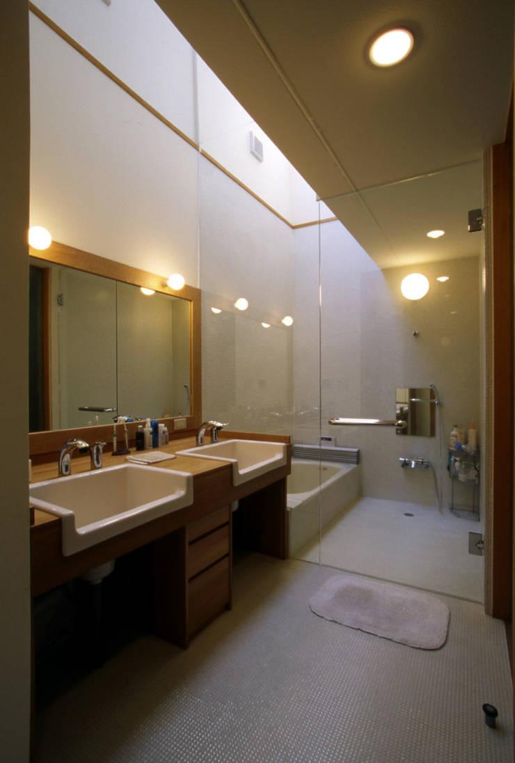 Modern bathroom by 風建築工房 Modern