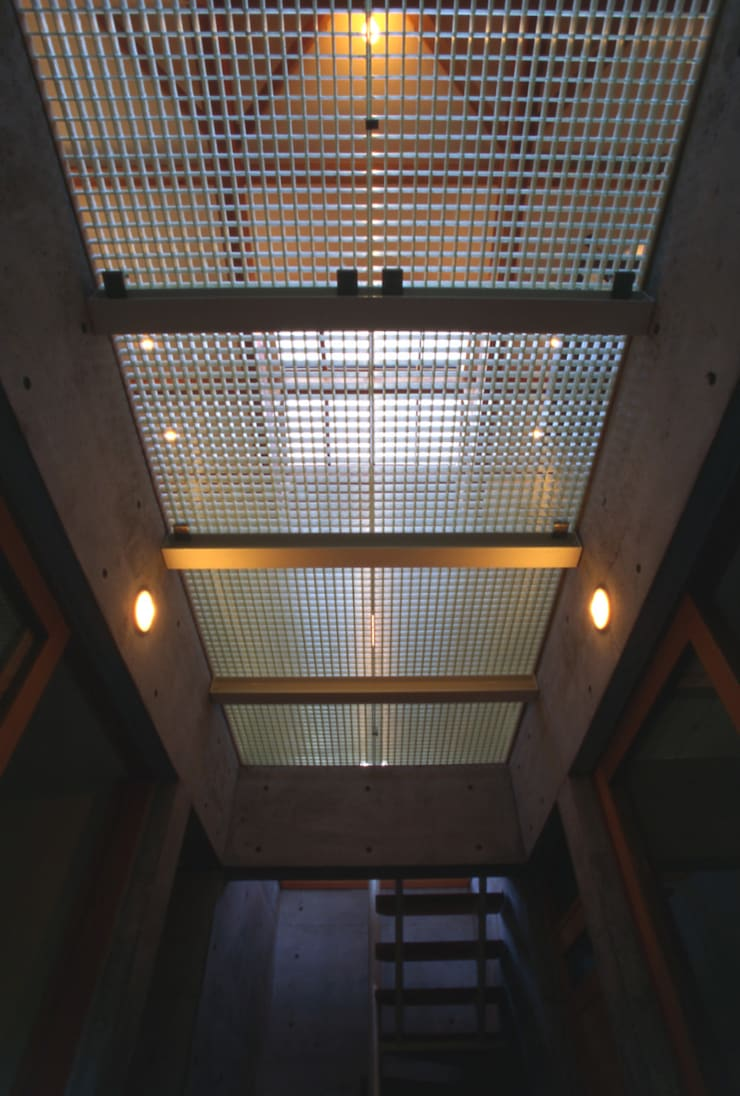 Modern Corridor, Hallway and Staircase by 風建築工房 Modern