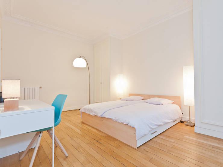Décoration d'un appartement haussmannien: Chambre de style  par Xavier Lemoine Architecture d'Intérieur