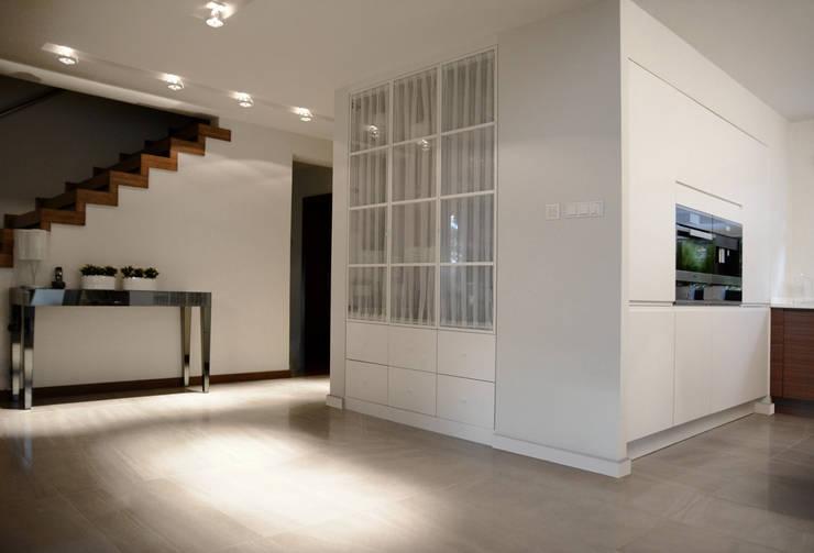Dom jednorodzinny pod Szczecinem: styl , w kategorii Korytarz, przedpokój zaprojektowany przez Architektura Wnętrz Daria Zaremba,Nowoczesny