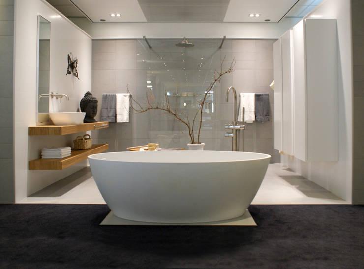 AM Badkamers - showroom: moderne Badkamer door AM Badkamers