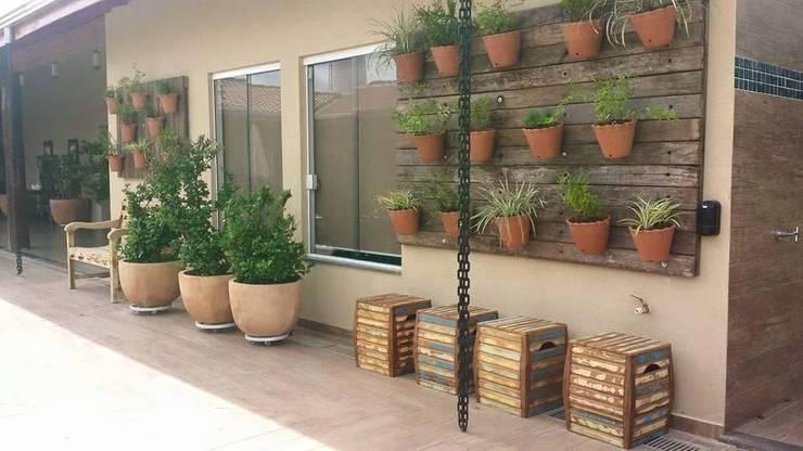 ambientação de varanda: Piscinas rústicas por valeria maia decoracoes e paisagismo