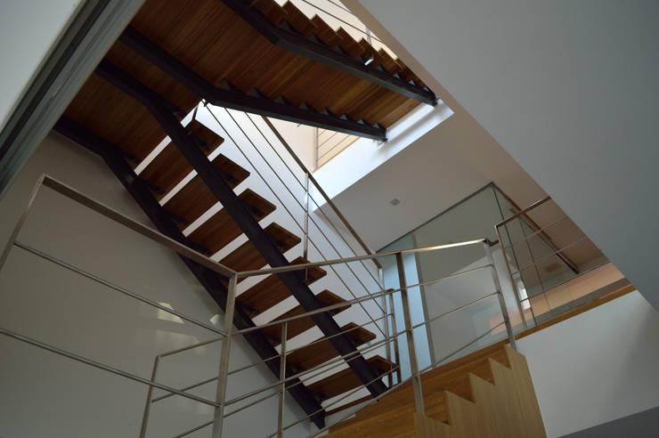 VIVIENDA UNIFAMILIAR EN ALMANSA: Pasillos y vestíbulos de estilo  de MBVB Arquitectos