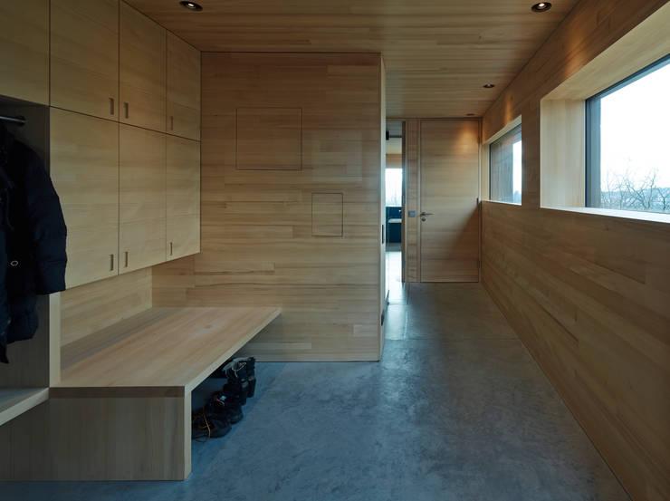 Projekty,  Korytarz, przedpokój zaprojektowane przez HAMMERER ztgmbh . architekten