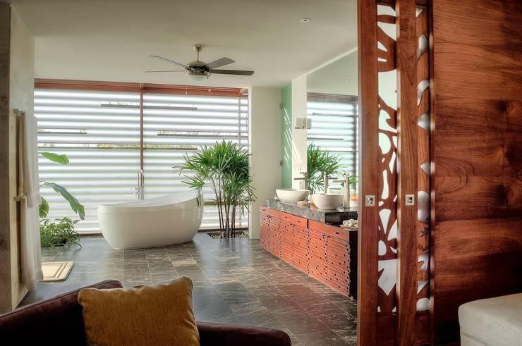 CASA JT: Baños de estilo  por Ancona + Ancona Arquitectos