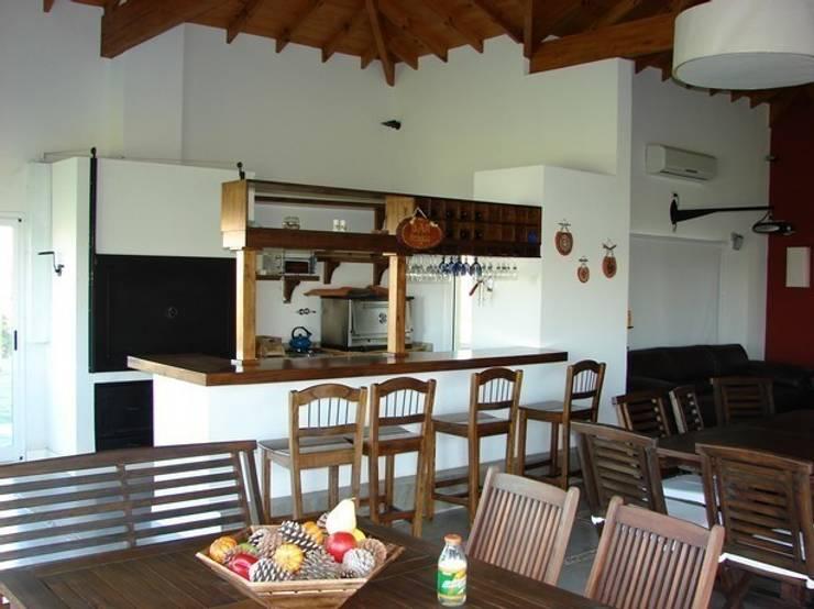 La Casa del Lago: Salas multimedia de estilo  por Family Houses