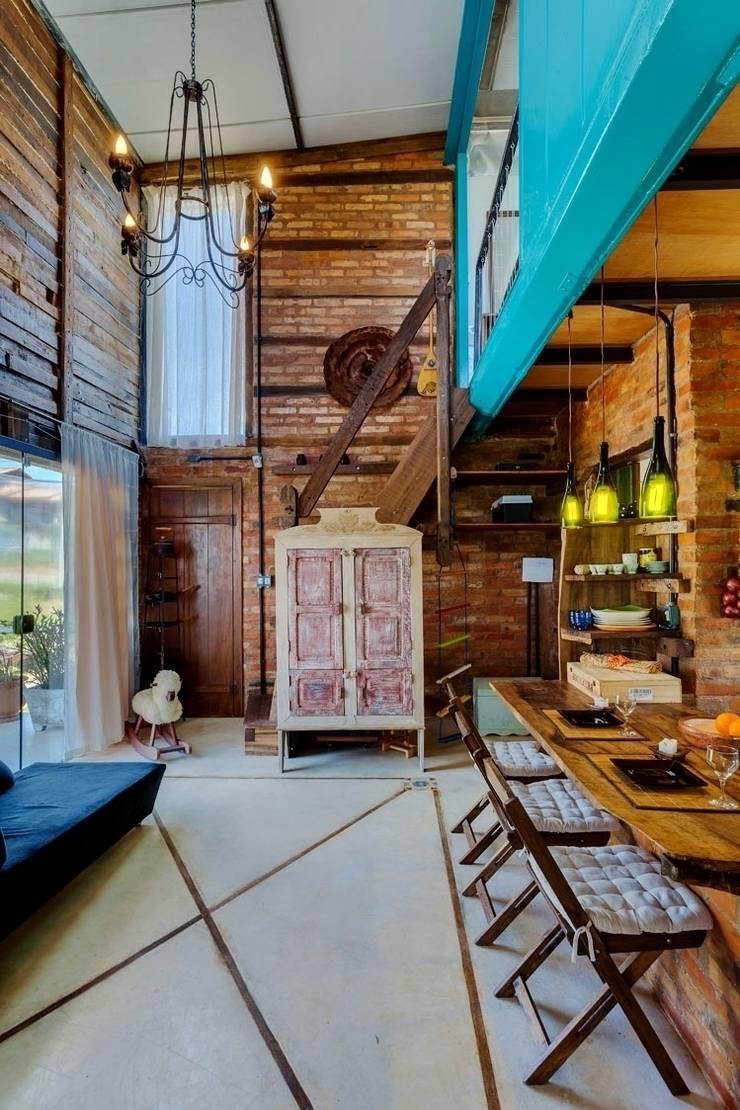 Casa ReFit: Salas de estar  por Ferraro Habitat