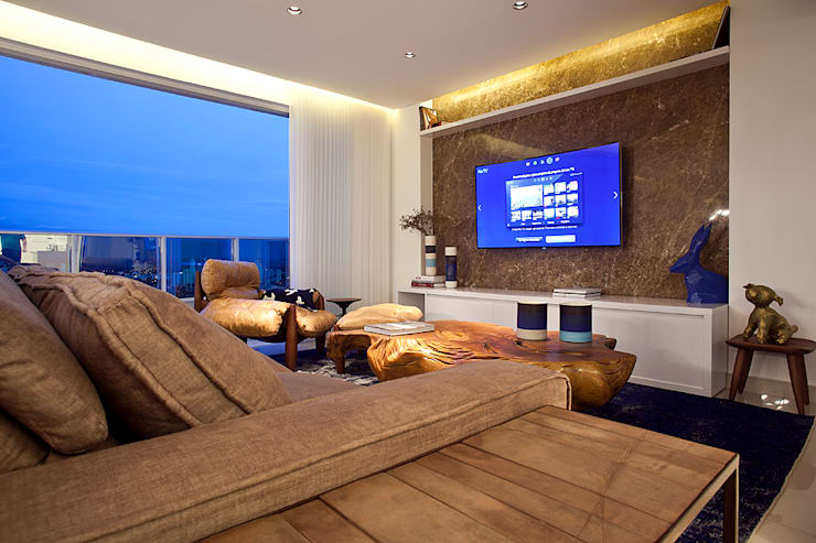 Tropical/ minimalist TV Home: Sala de estar  por STUDIO ANDRE LENZA