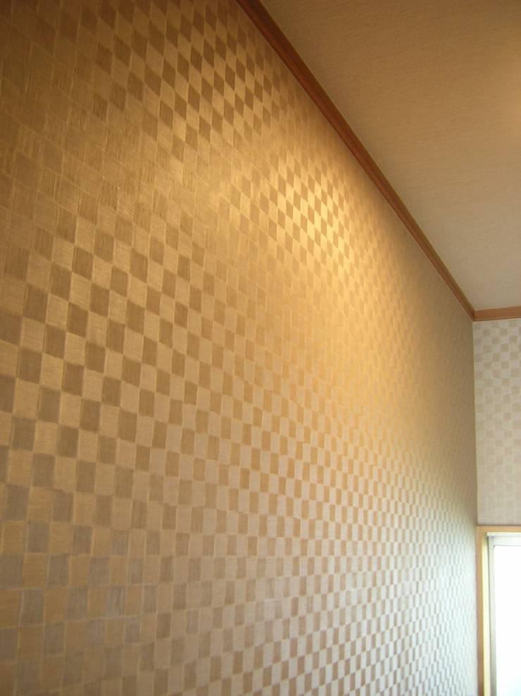 照明ON 左側: きど建築設計事務所(Kido Architectural Design Office)が手掛けた浴室です。