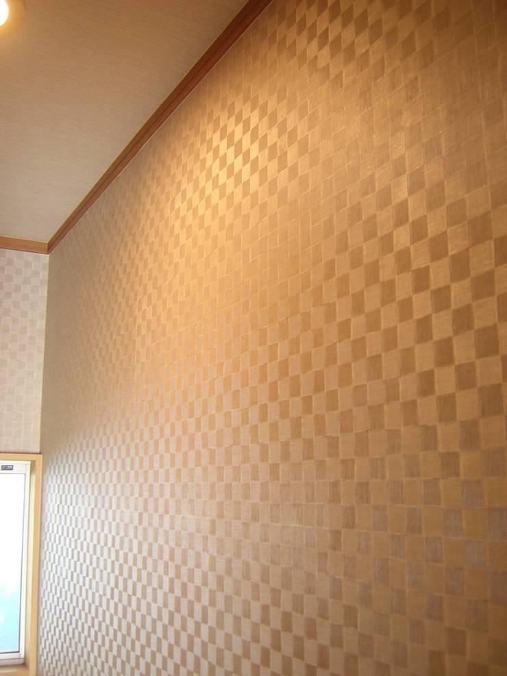 照明ON 右側: きど建築設計事務所(Kido Architectural Design Office)が手掛けた浴室です。