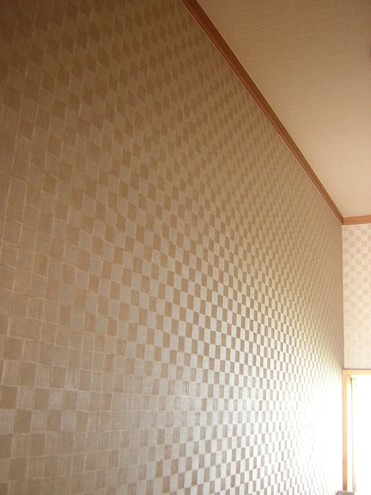 照明OFF 左側: きど建築設計事務所(Kido Architectural Design Office)が手掛けた浴室です。