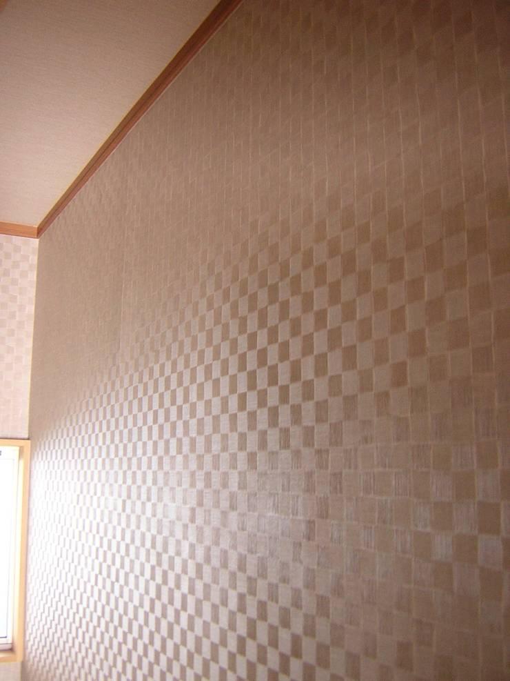 照明OFF 右側: きど建築設計事務所(Kido Architectural Design Office)が手掛けた浴室です。
