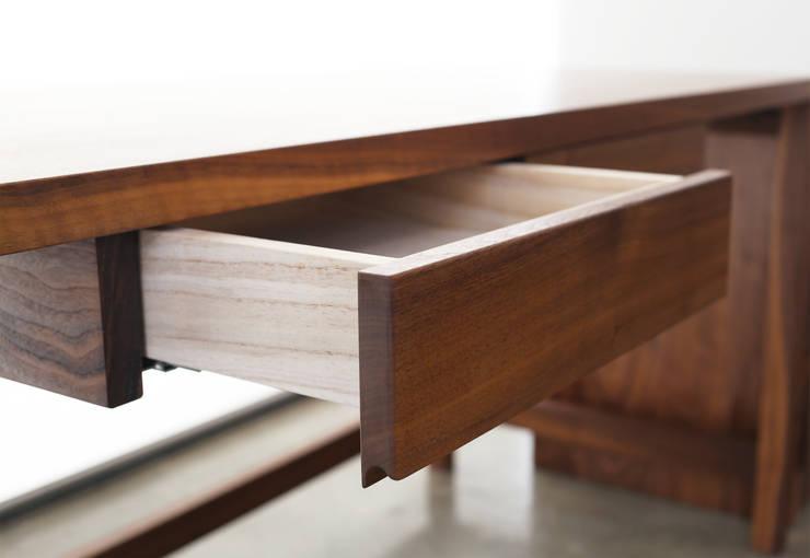 Basic Desk: Moon studio의  서재/사무실