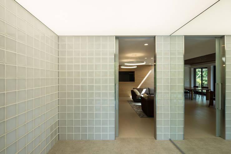 玄関: 一級建築士事務所シンクスタジオが手掛けたです。