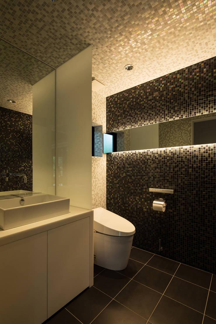 1階トイレ: 一級建築士事務所シンクスタジオが手掛けたです。