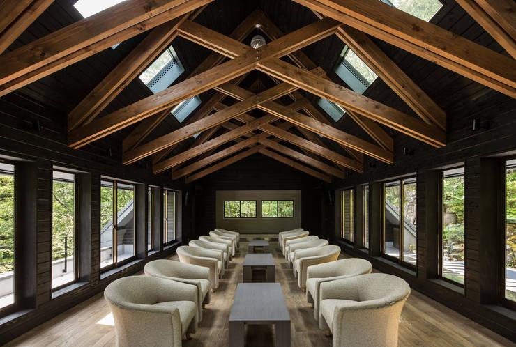2階パーティールーム: 一級建築士事務所シンクスタジオが手掛けたです。