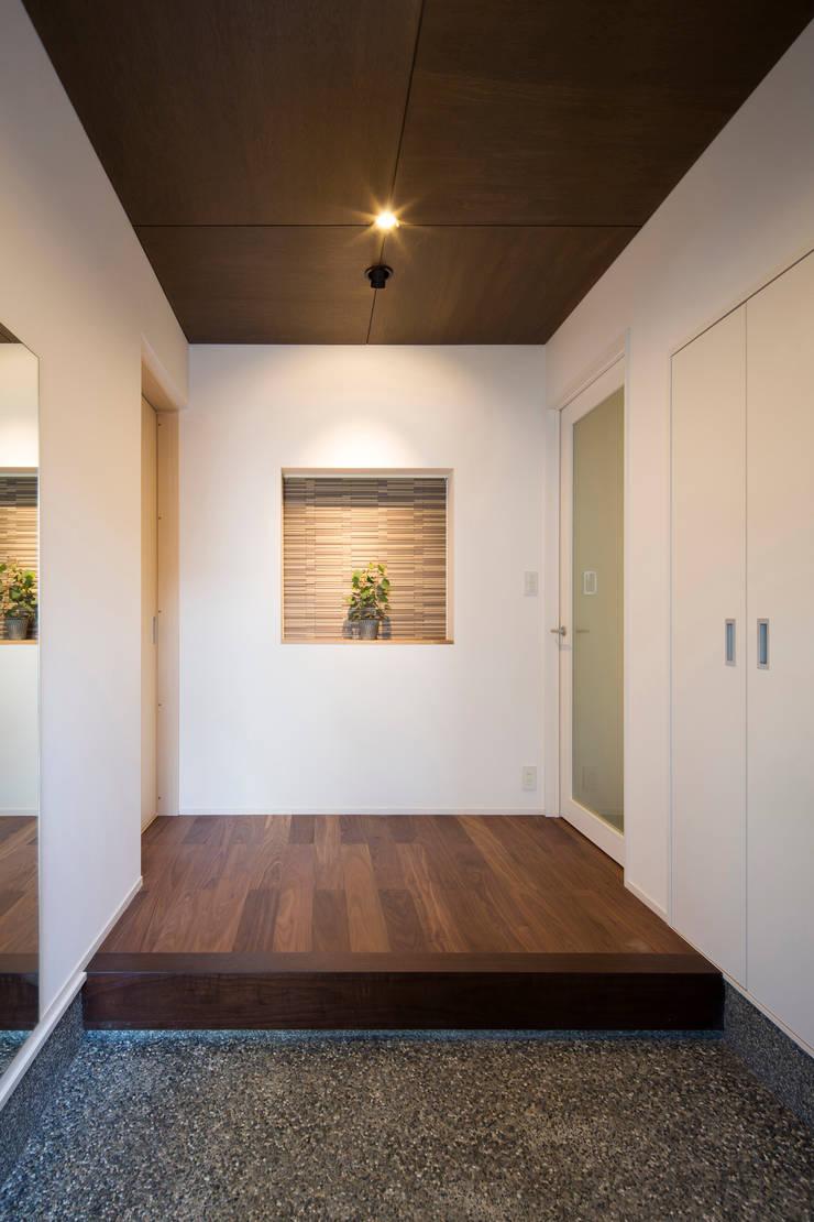 玄関: 一級建築士事務所シンクスタジオが手掛けた家です。,