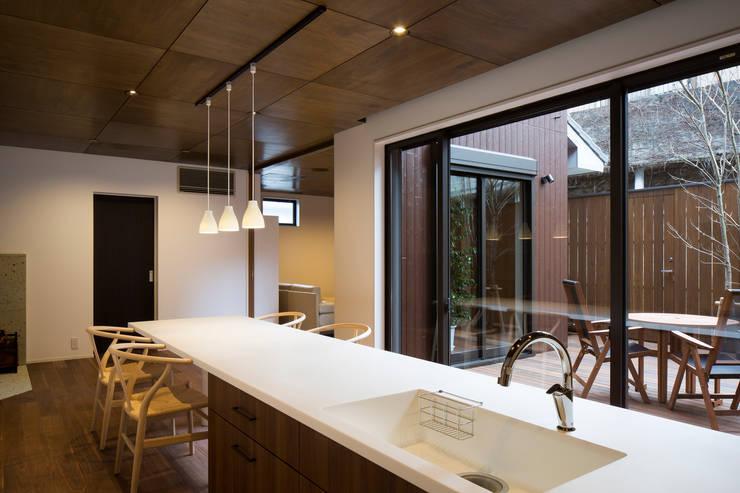 1階ダイニング・キッチン: 一級建築士事務所シンクスタジオが手掛けたキッチンです。,