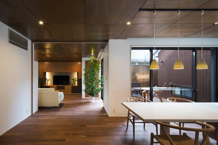 1階ダイニング・キッチン: 一級建築士事務所シンクスタジオが手掛けたリビングです。,