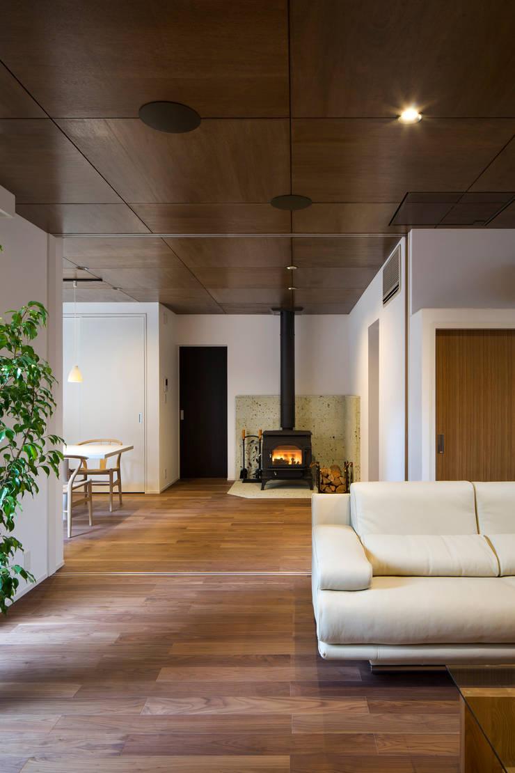 1階リビング: 一級建築士事務所シンクスタジオが手掛けたリビングです。,