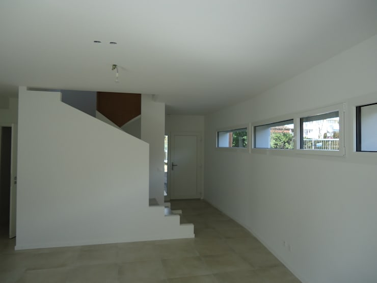 Circulation verticale: Couloir et hall d'entrée de style  par ELEMENT 9
