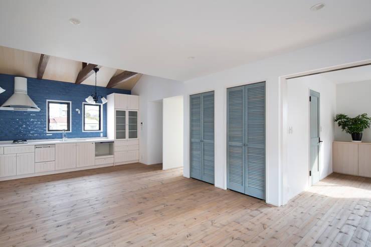 2階LDK: 一級建築士事務所シンクスタジオが手掛けたキッチンです。,
