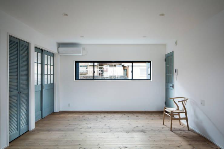 2階リビング: 一級建築士事務所シンクスタジオが手掛けたダイニングです。,